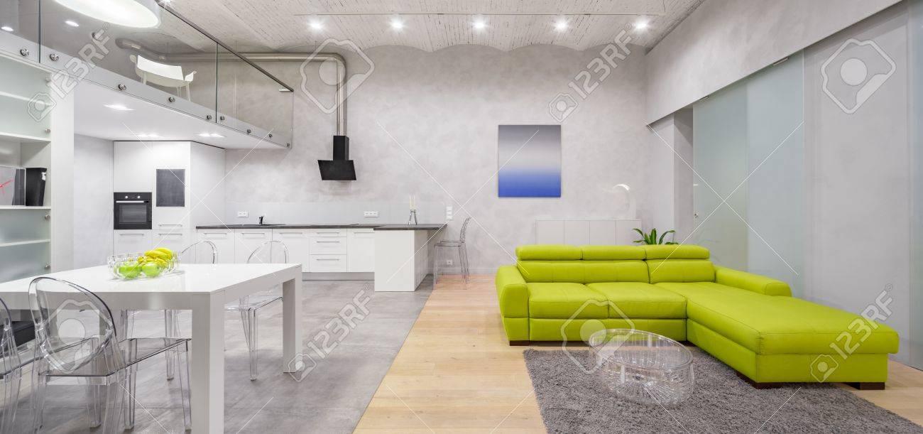 Modernes Loft Interieur In Grau Und Weiß Mit Mezzanine Und Grünem ...