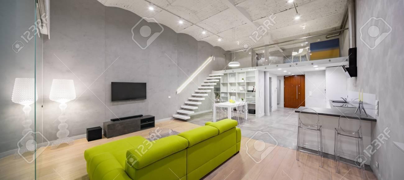 Stilvolle Wohnung Mit TV Wohnzimmer, Grünes Sofa, Zwischengeschoss Und  Ziegeldecke, Panorama Standard