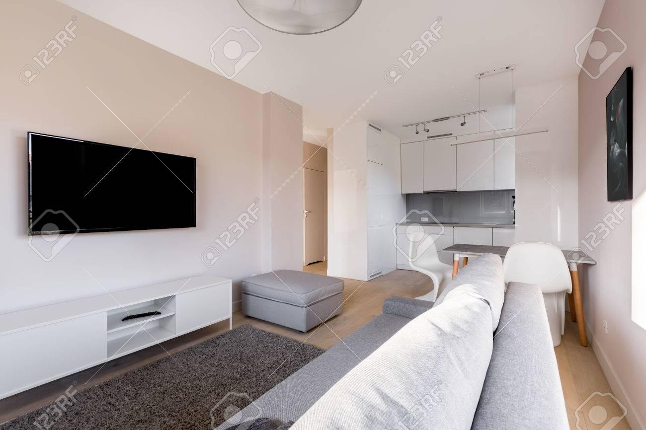 Wunderbar Fernseher Schrank Ideen Von Wohnzimmer Mit Fernseher, Weißem Schrank, Sofa Und