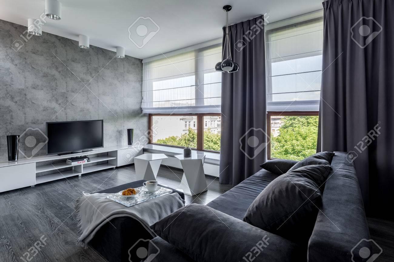 Modernes TV Wohnzimmer Mit Couch, Neues Design Couchtisch Und Große Fenster  Standard Bild