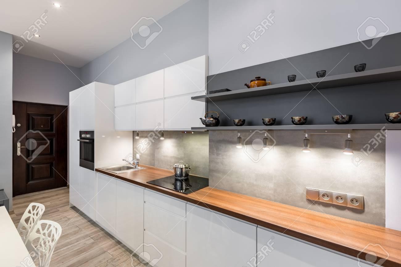 Moderne Weisse Kuche Mit Holzarbeitsplatte Und Led Beleuchtung