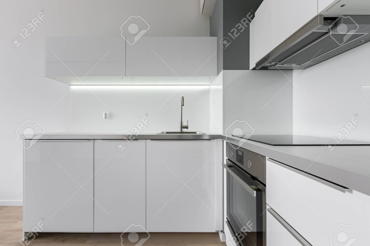 Berühmt Moderne Küche Mit Weißen Möbeln, Arbeitsplatte, Spüle, Backofen YQ99