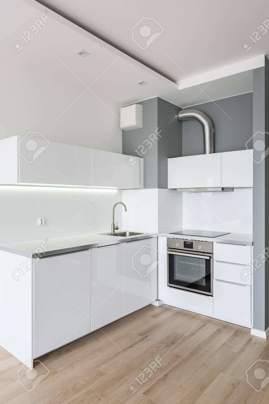 Kleine Moderne Weisse Kuche Mit Holzbodenplatten Lizenzfreie Fotos