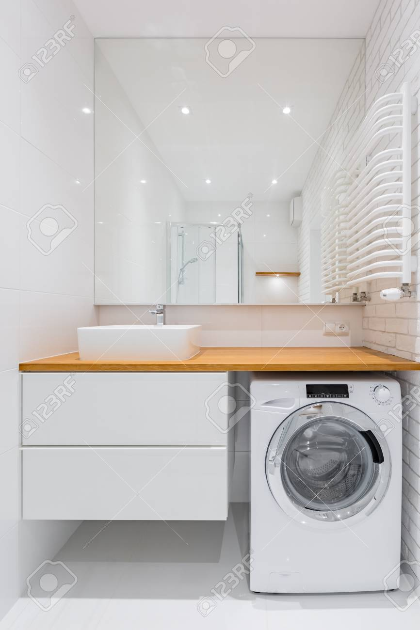 Charming Standard Bild   Weißes Badezimmer Mit Aufsatzbecken, Spiegel Und  Waschmaschine