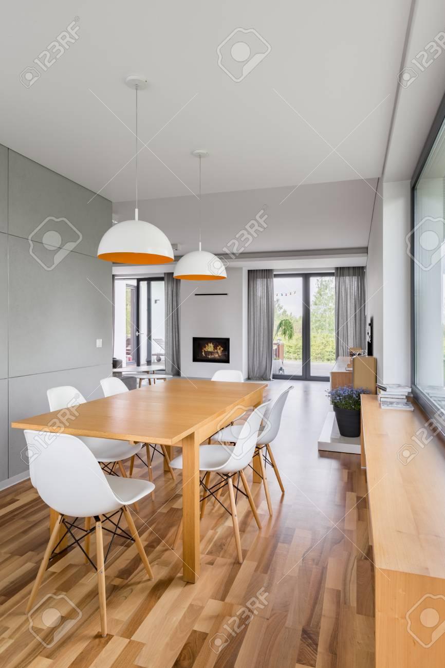 Esszimmer Mit Holztisch Weissen Stuhlen Und Modernen Lampen