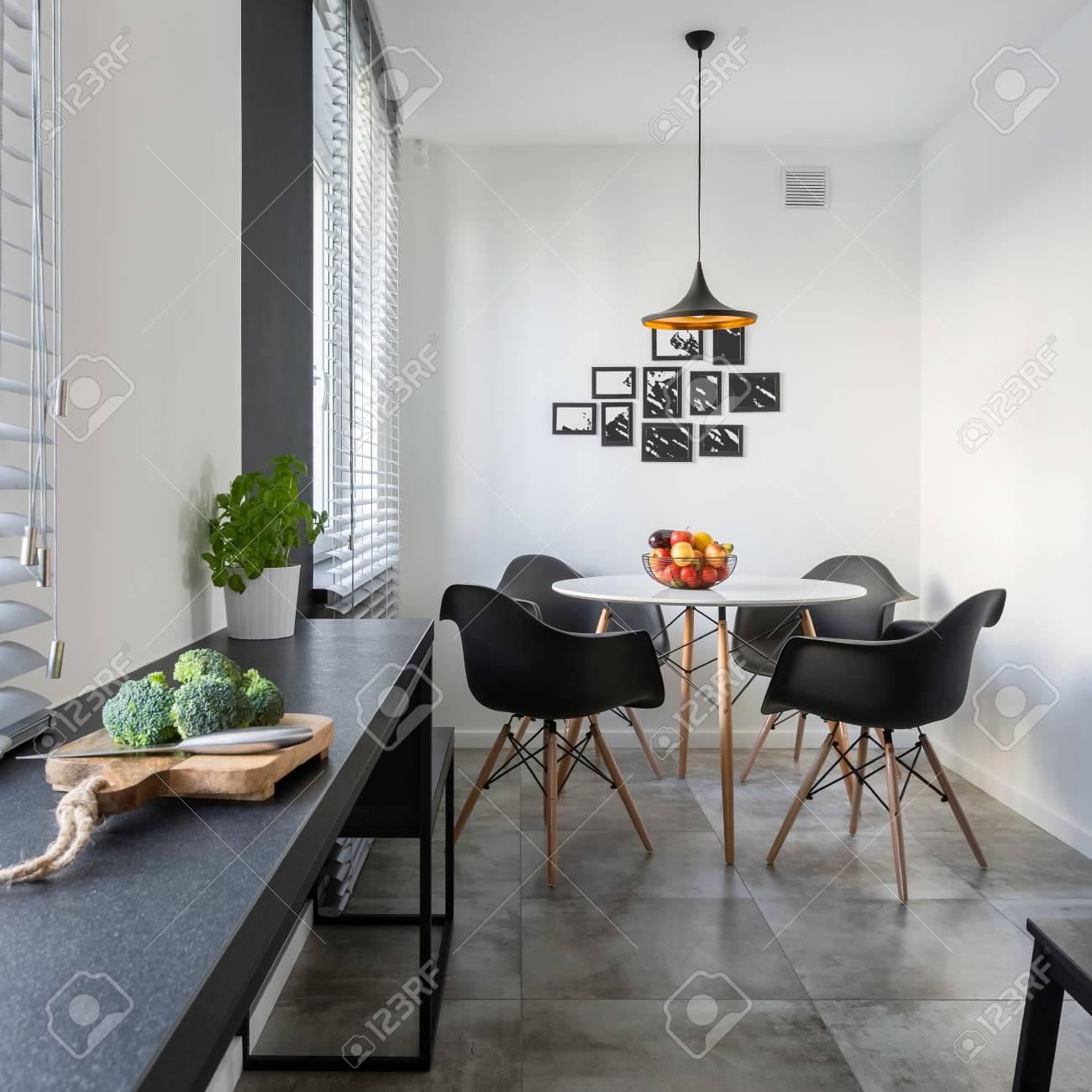 Weisse Kuche Mit Langer Granit Arbeitsplatte Rundem Tisch Und Stuhlen Lizenzfreie Fotos Bilder Und Stock Fotografie Image 88894684