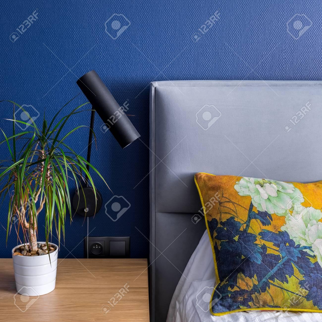 Chambre Avec Papier Peint A Motifs Bleu Cobalt Lit Et Table D Appoint
