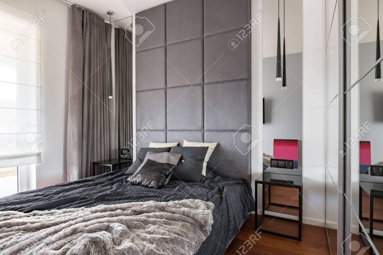 Schickes Schlafzimmer Mit Doppelbett, Spiegel Und Fenstervorhängen ...