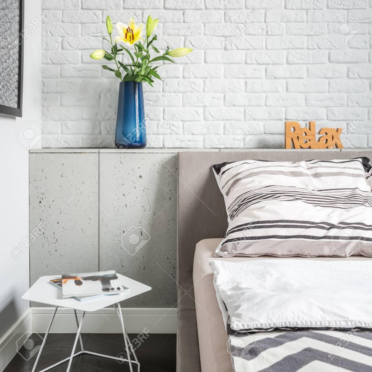 Delightful Einfaches Schlafzimmer Mit Weißer Mauer, Bett Und Beistelltisch  Standard Bild   89281428