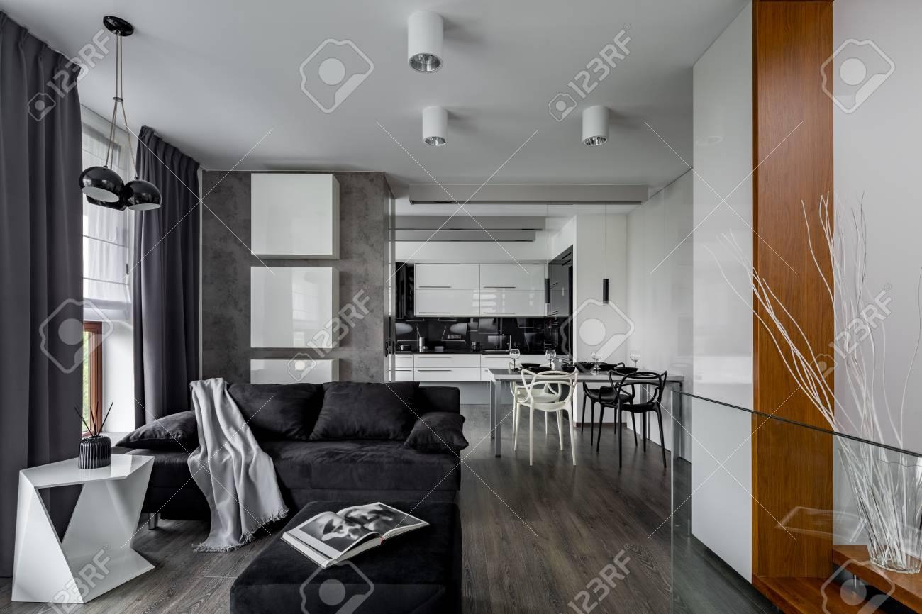 Graue Und Weiße Wohnung Mit Wohnzimmer Offen Zur Küche Lizenzfreie
