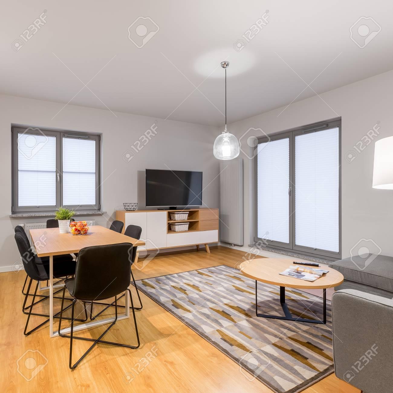 Appartamento loft bianco con soggiorno e tavolo da pranzo
