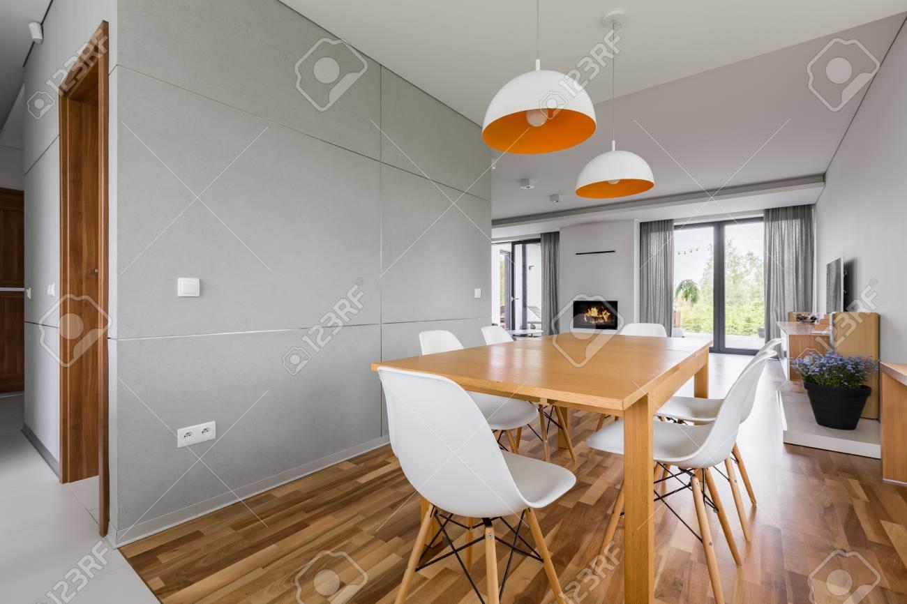 Modernes Wohngebaude Mit Holztisch Und Weissen Stuhlen Lizenzfreie Fotos Bilder Und Stock Fotografie Image 89669360