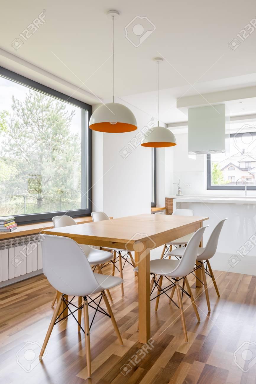 Moderner Hauptinnenraum Mit Holztisch Und Weissen Stuhlen Lizenzfreie Fotos Bilder Und Stock Fotografie Image 90172992