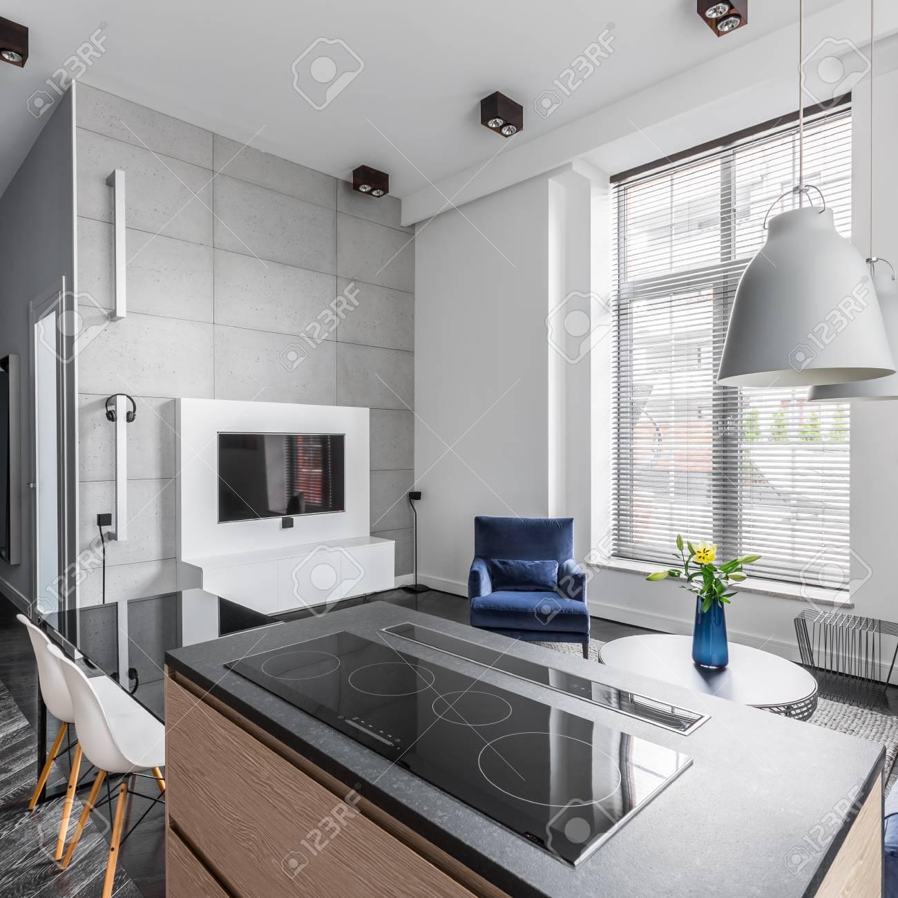 Wohnung Mit Betonwandfliesen Im Wohnzimmer Zur Kuche Hin Offen