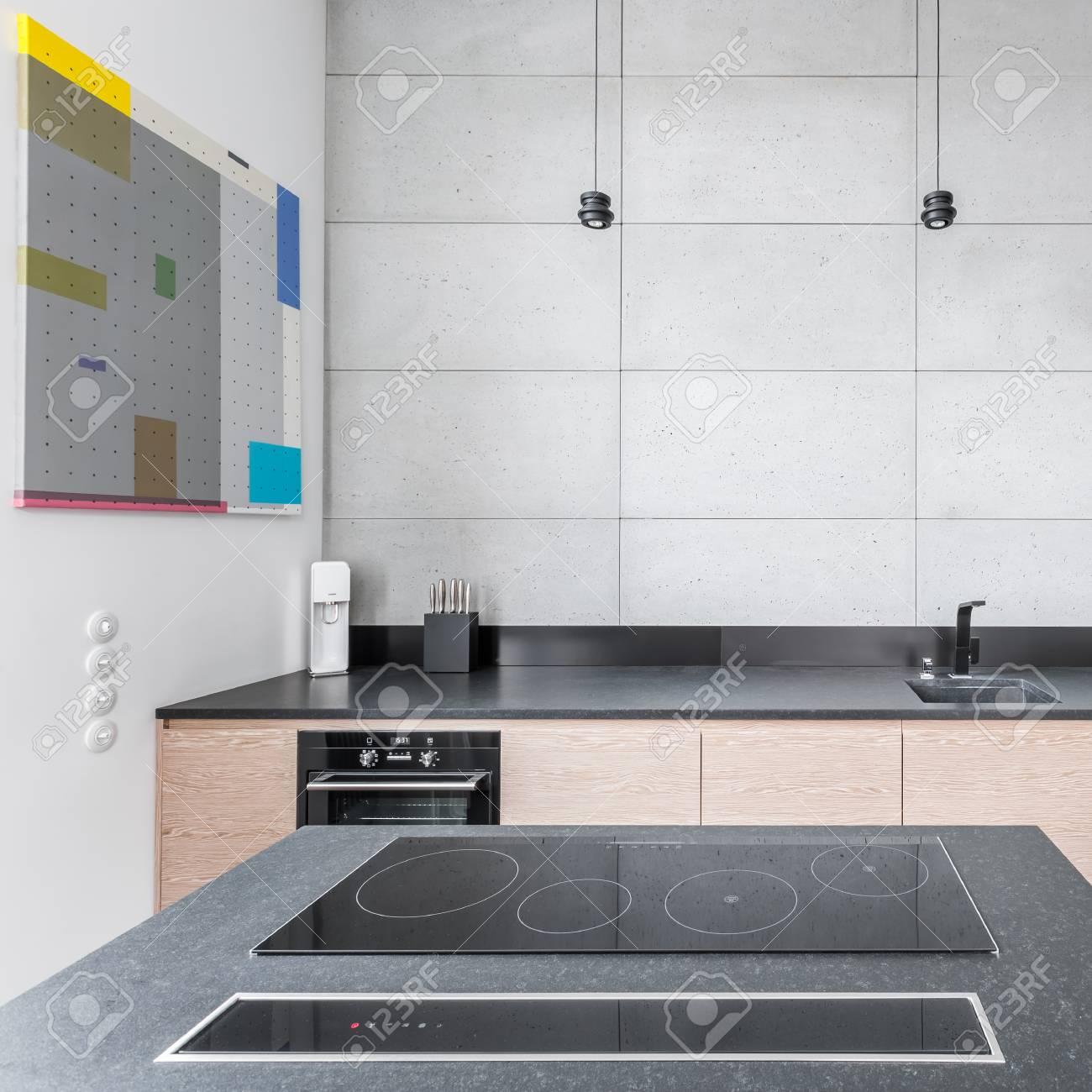 Küche Mit Arbeitsplatte Aus Granit, Tisch Und Grauen Fliesen ...