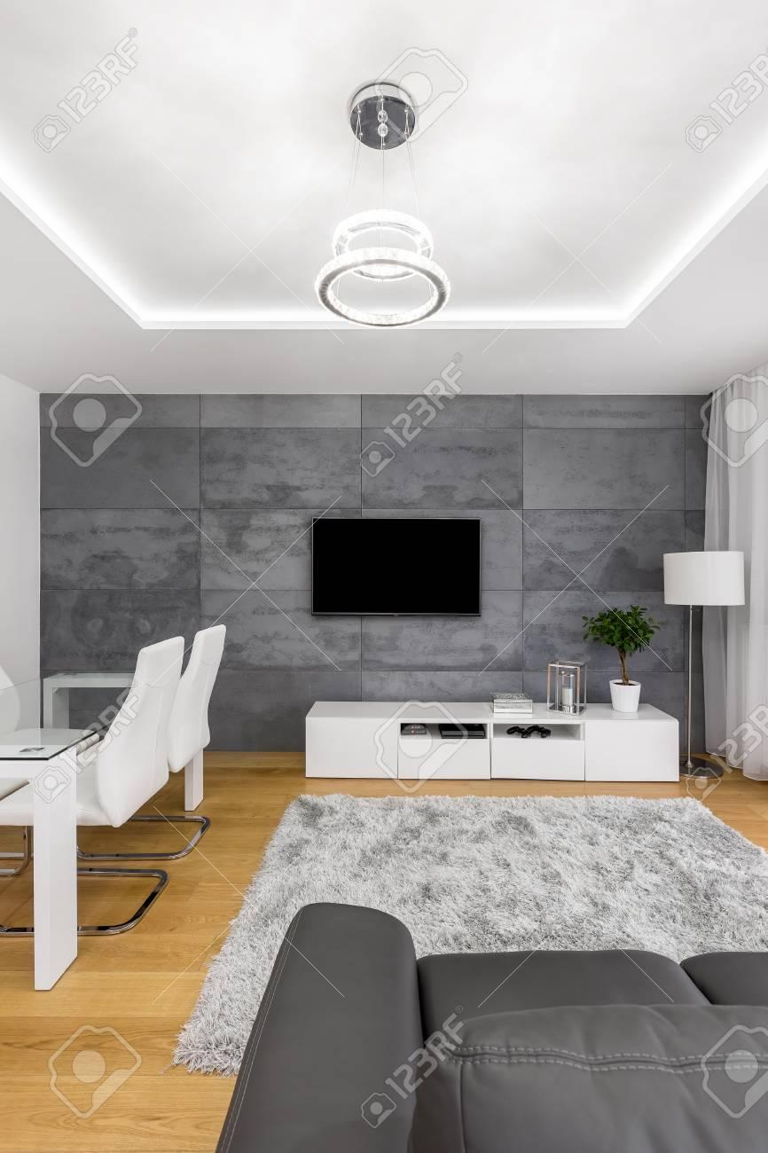 Fernsehschirm, Der An Der Betonmauer Im Zeitgenössischen Wohnzimmer ...