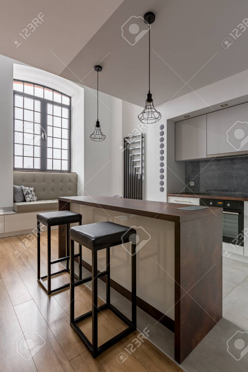 Moderne Küche Mit Großem Fenster, Insel Und Einfachen Hockern ...