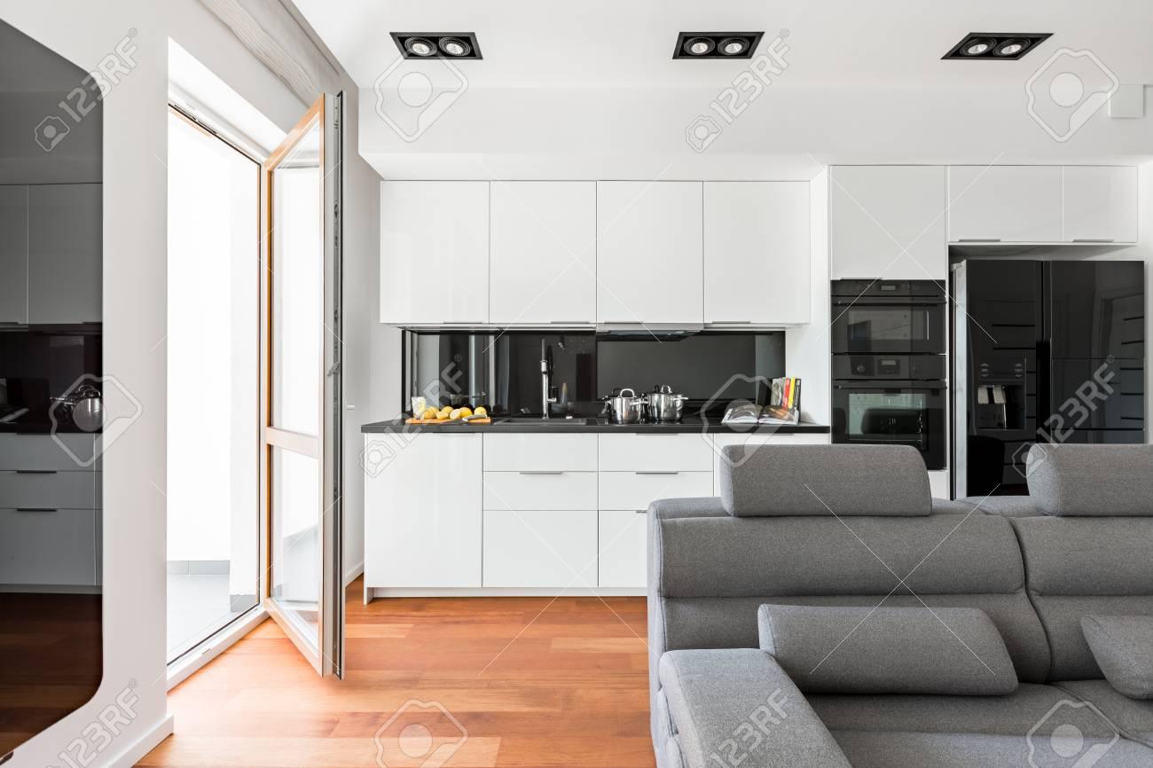 Sofa Für Küche | Modernes Wohnzimmer Mit Sofa Balkon Und Weisser Offener Kuche