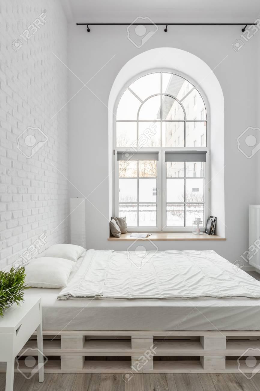bett von den paletten im dachbodenschlafzimmer mit weißer