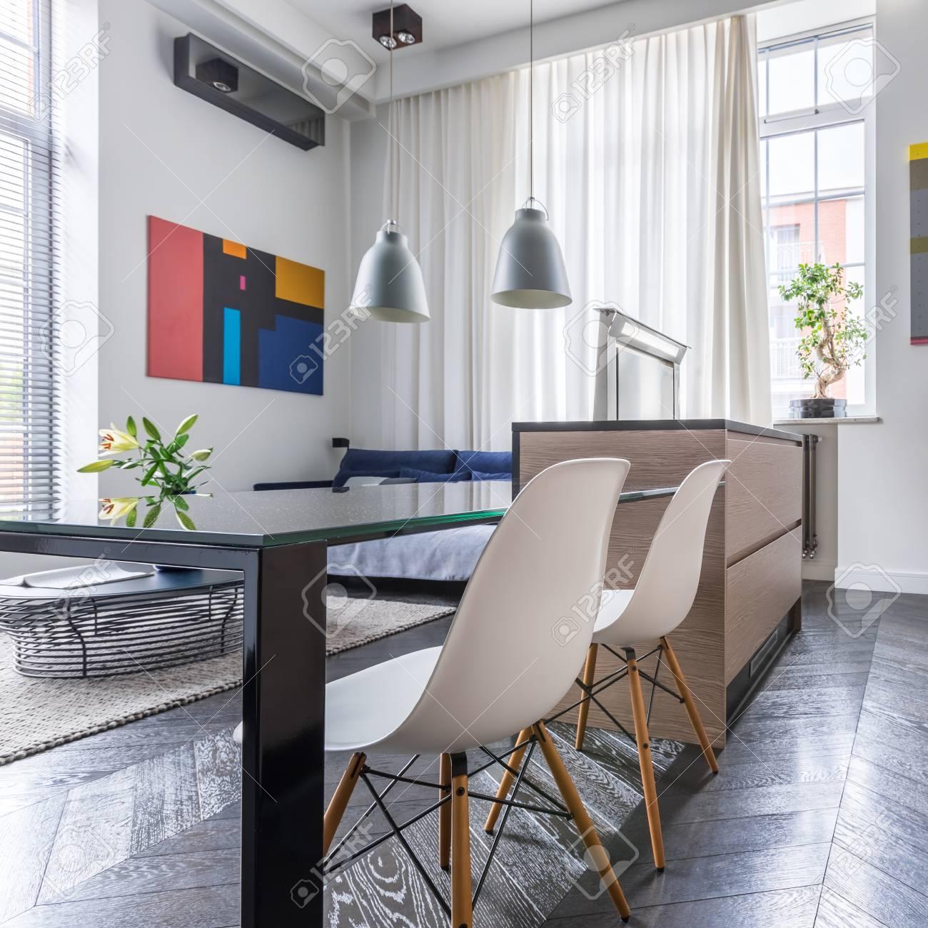 Table De Cuisine Contemporaine Avec Chaise Blanche Et élégant Salon