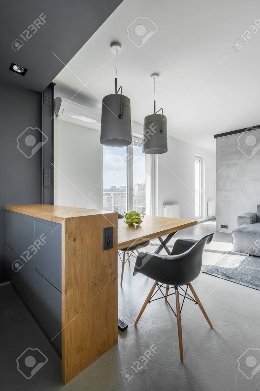 Península y mesa de cocina de madera en el interior del apartamento  contemporáneo