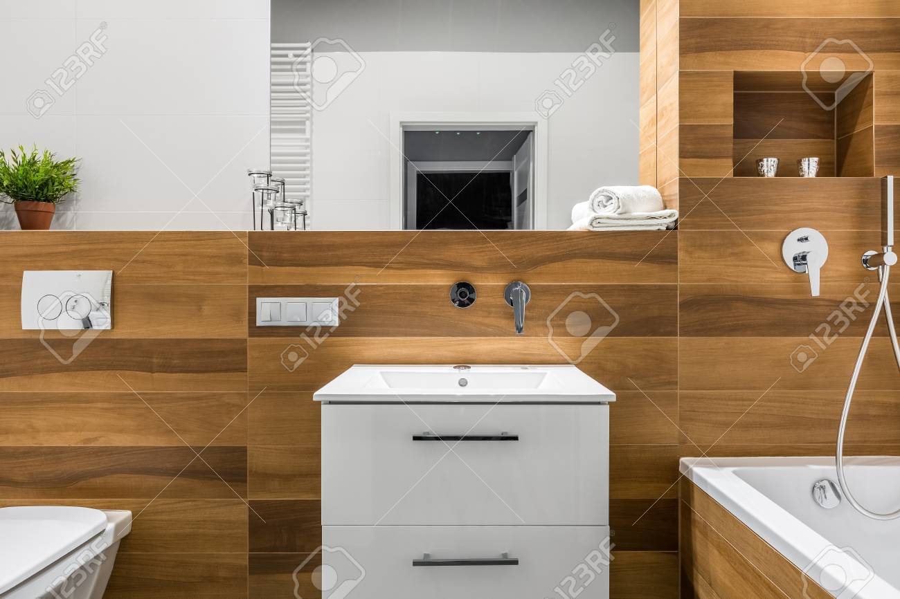Vasca Da Bagno Legno : Lavandino toilette e vasca da bagno nel bagno moderno in