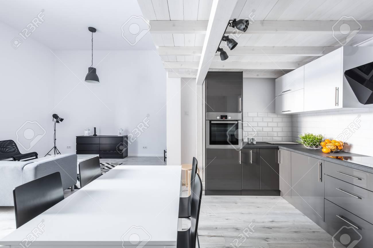 Moderne Möbliert Loft-Wohnung Mit Offener Küche Und Wohnzimmer ...