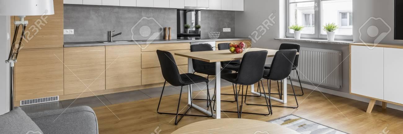 Vista Panorámica De La Cocina Con Mesa Moderna Y Sillas Negras Fotos ...