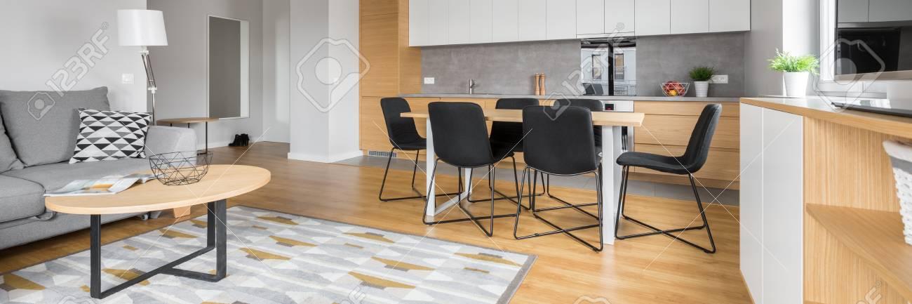 Panoramablick Auf Modernes Wohnzimmer Mit Offener Kuche Lizenzfreie