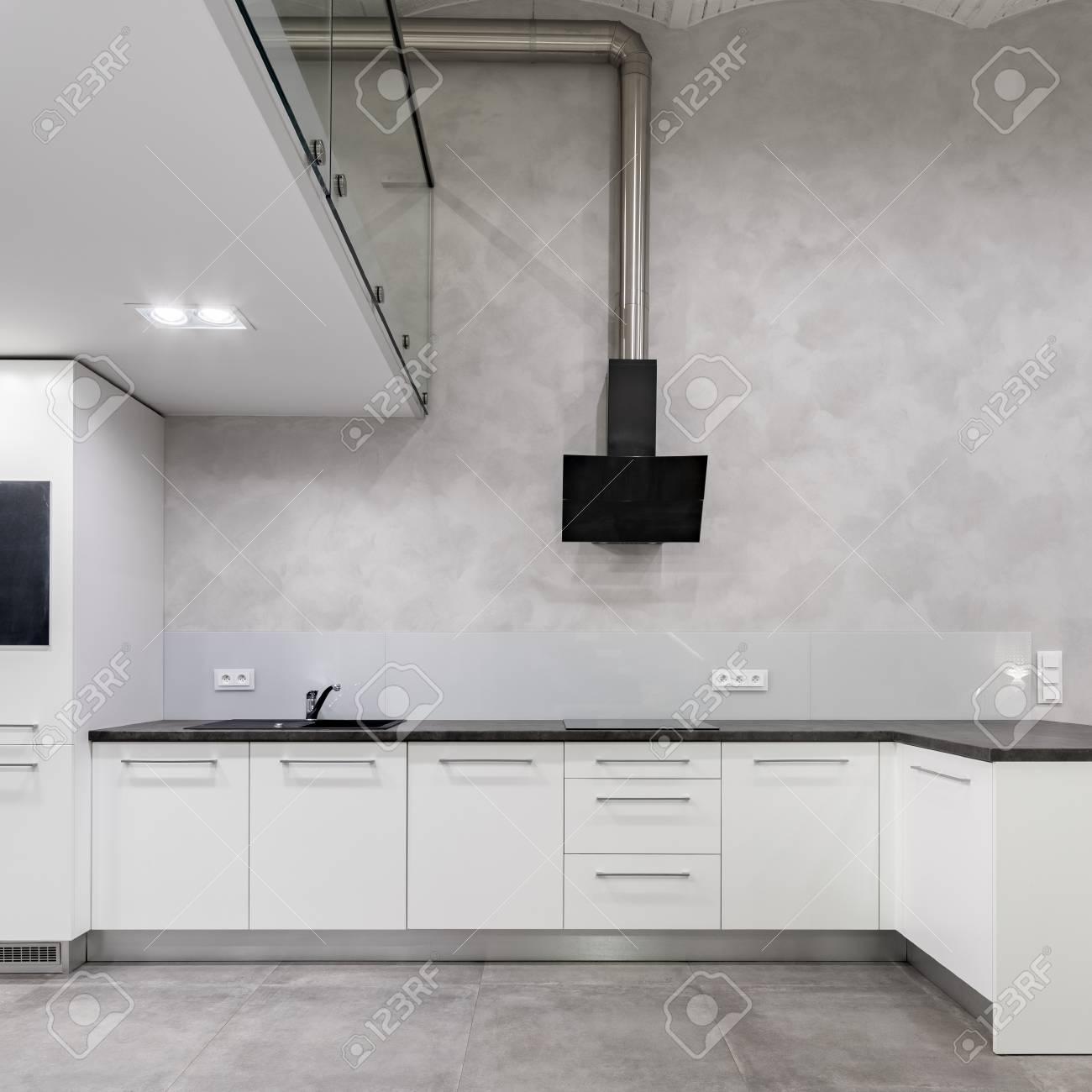 Cuisine Mezzanine Blanche Avec Mur De Beton Et Hotte Aspirante