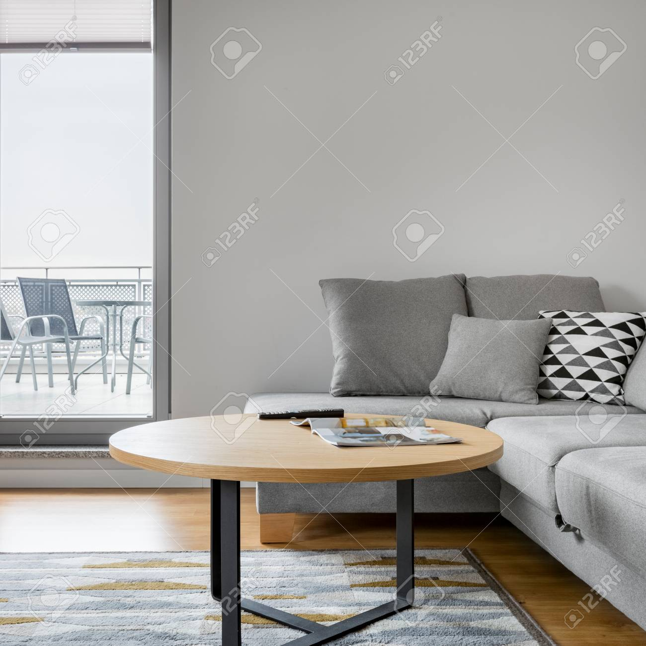 Graues Sofa Mit Stilvollem Kissen Im Luxus Wohnzimmer Mit Grossem