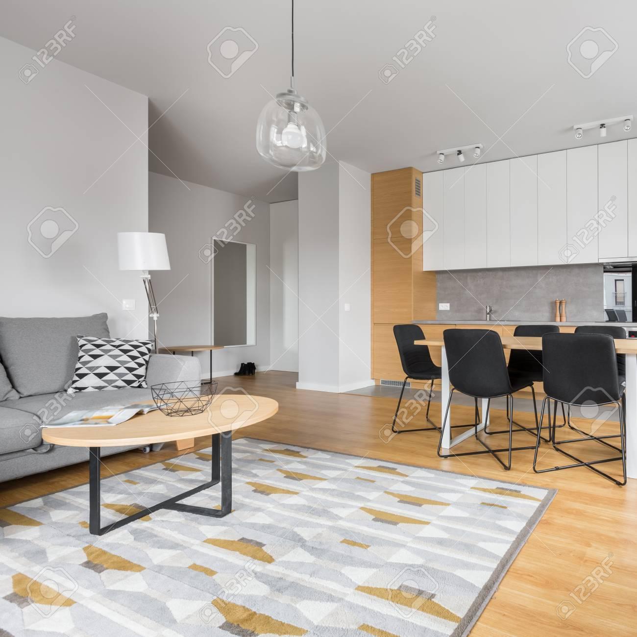 Comedor moderno con muebles de cocina contemporáneos y área de relax