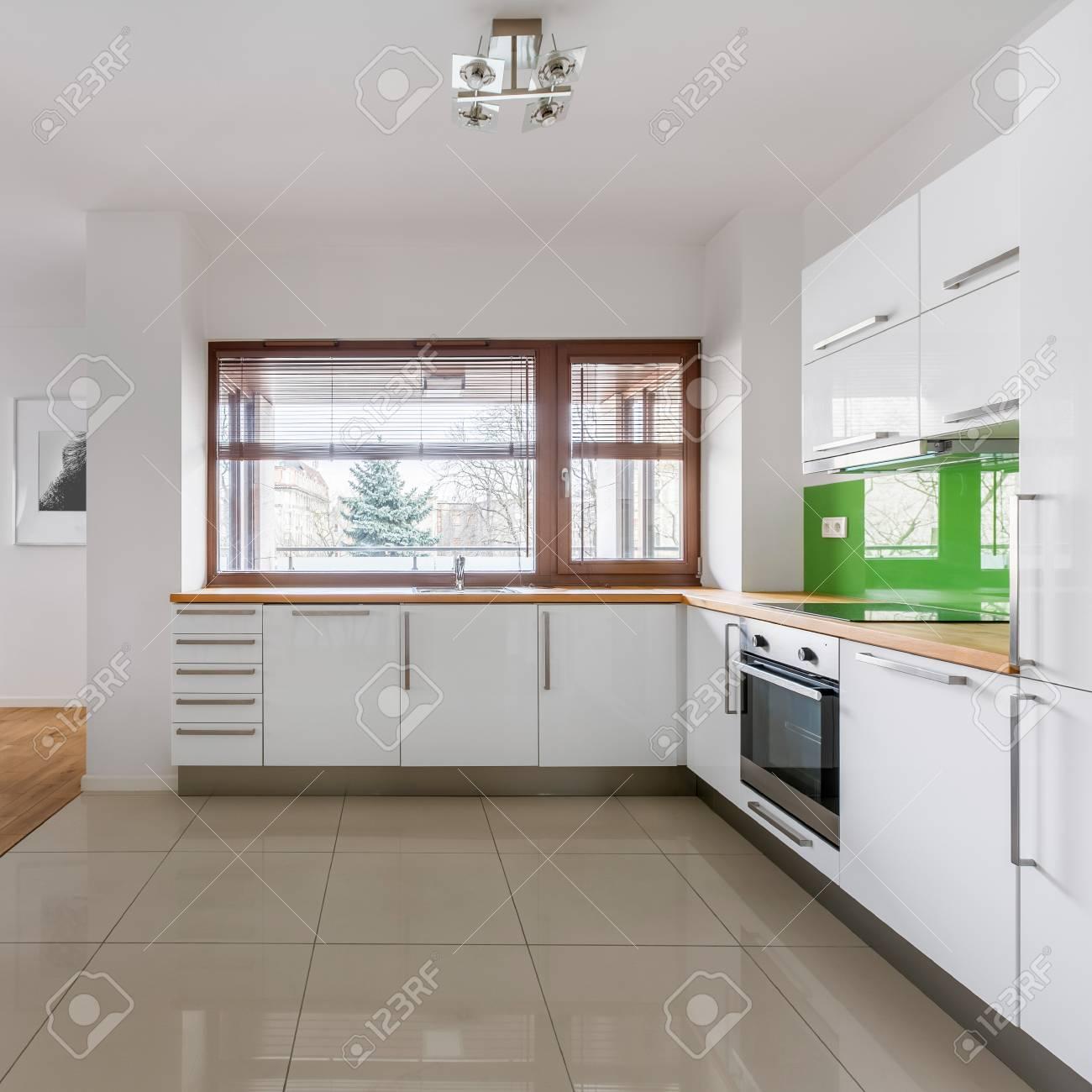 Moderne Offene Küche Mit Weißen Schränken Und Großem Fenster ...