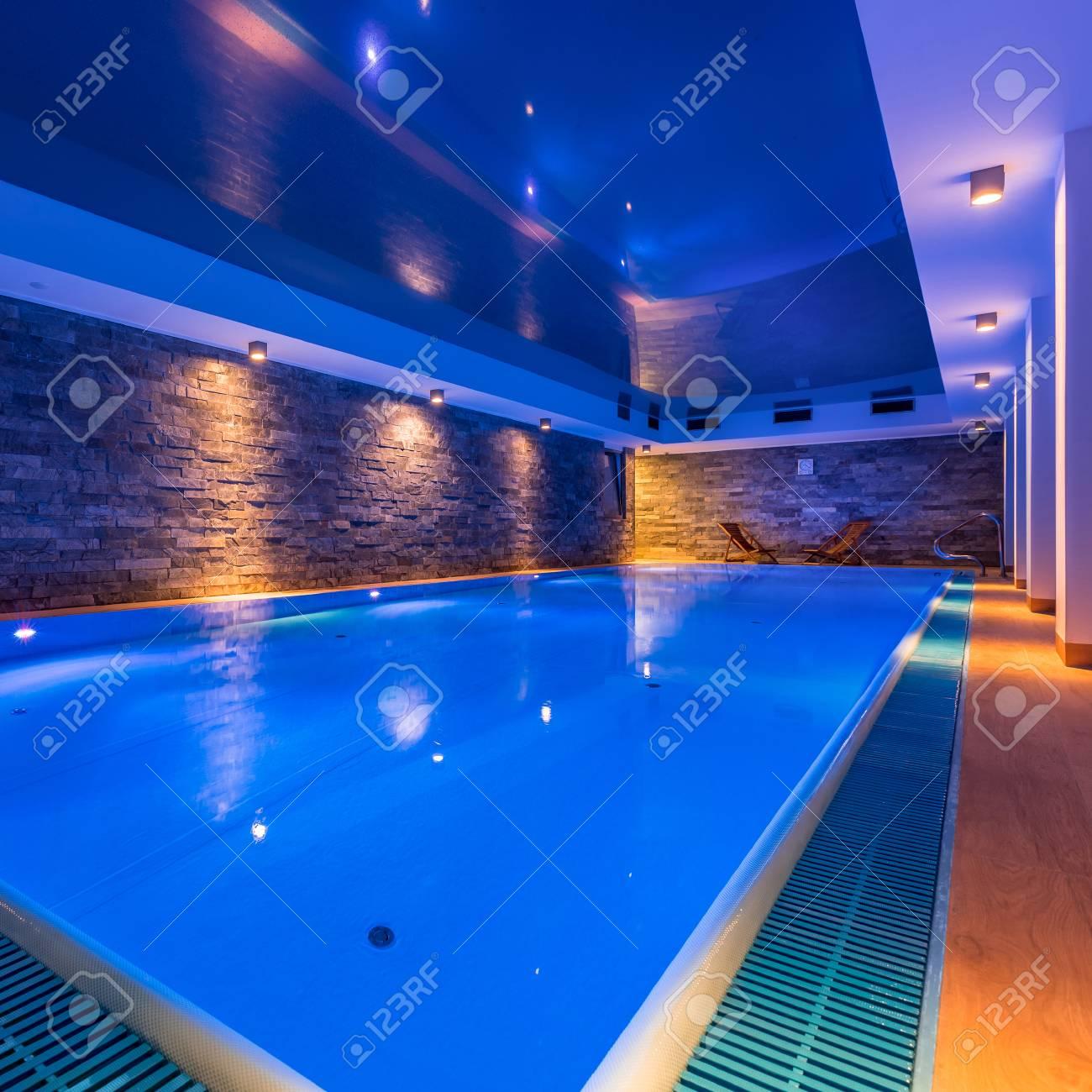 Piscine Interieure De Luxe Dans Le Spa De L Hotel Moderne Banque D