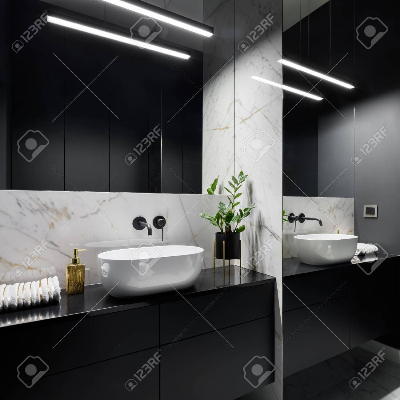 Elegant Black Bathroom With Mirror Wall Oval Washbasin And Decorative Marble Tiles Banque D Images Et Photos Libres De Droits Image 146481348
