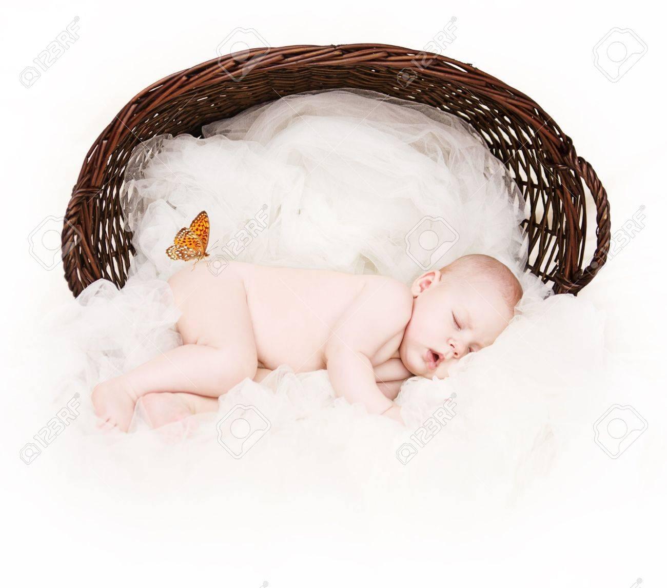 Canasta De Recien Nacido.Recien Nacido Bebe Durmiendo Dentro De La Canasta De Mimbre Sobre Pano Blanco Como Fondo Mariposa Naranja Sentado En La Cadera Sobre Blanco