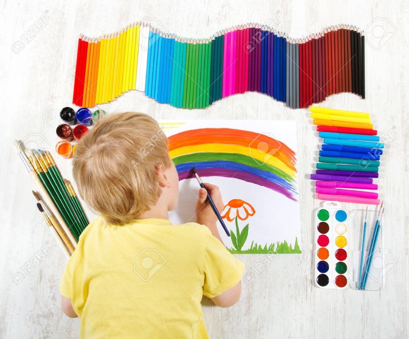 pincel pintando. niño pintando con pincel imagen en el álbum una gran cantidad de herramientas pintura