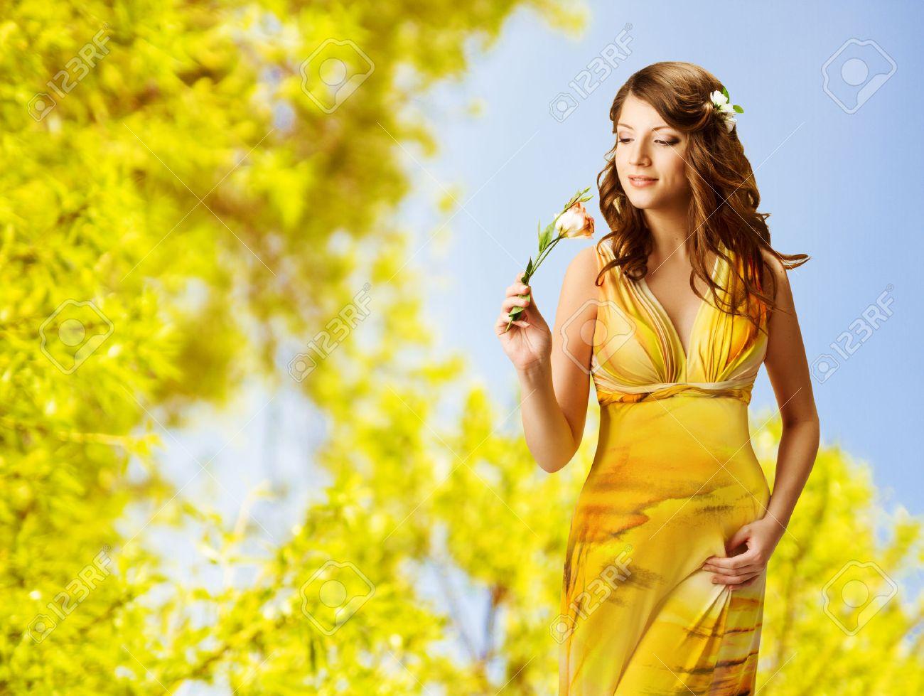 Телка в желтом платье