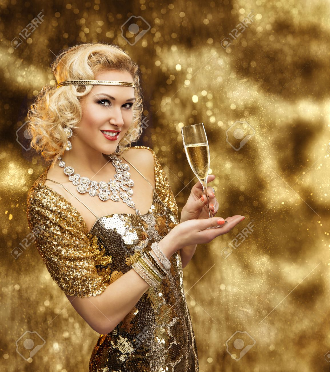 Reiche Frau Mit Champagnerglas, Retro Dame Feiern In Shining Gold ...