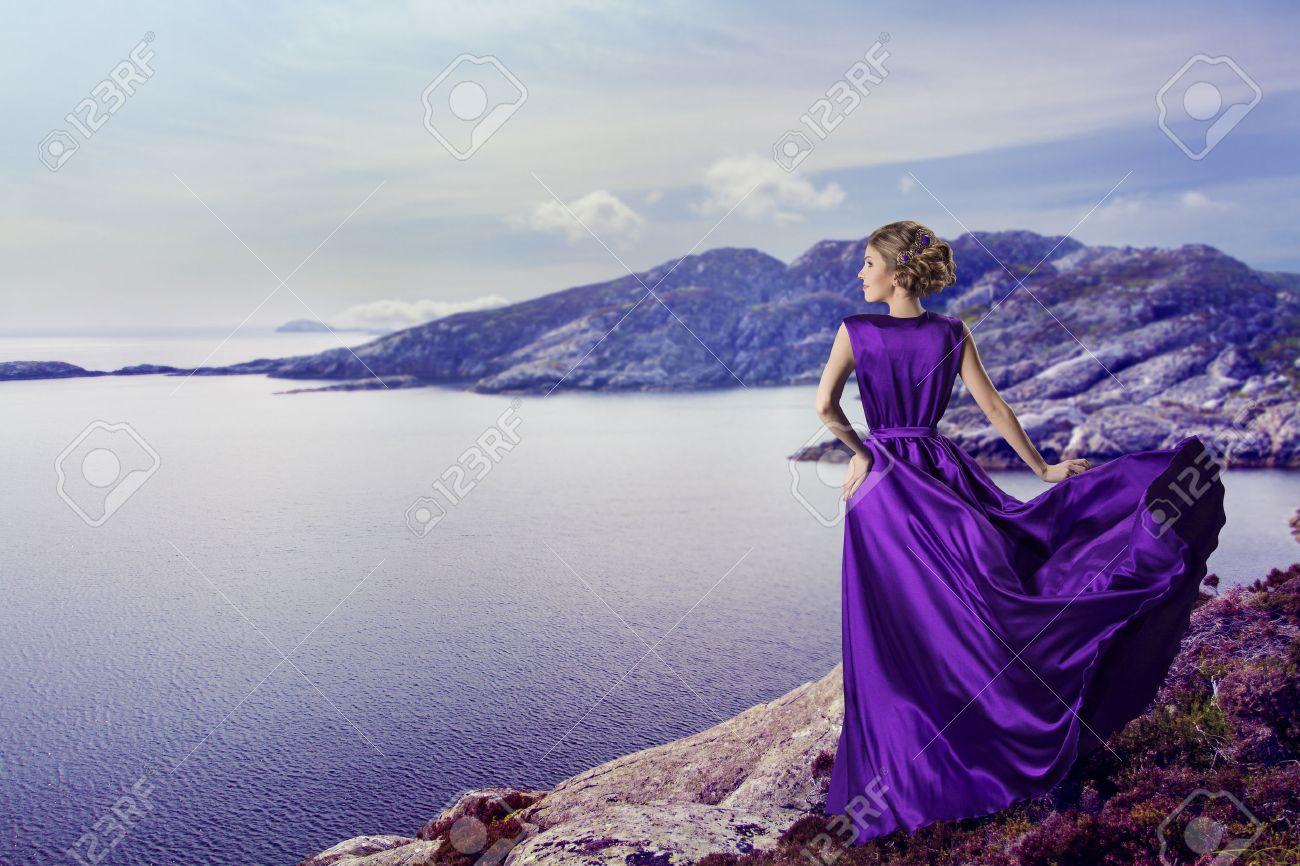 Vrouw In Paars Jurk Op Zoek Naar Bergen Zee, Zwaaien Jurk Vliegen ...