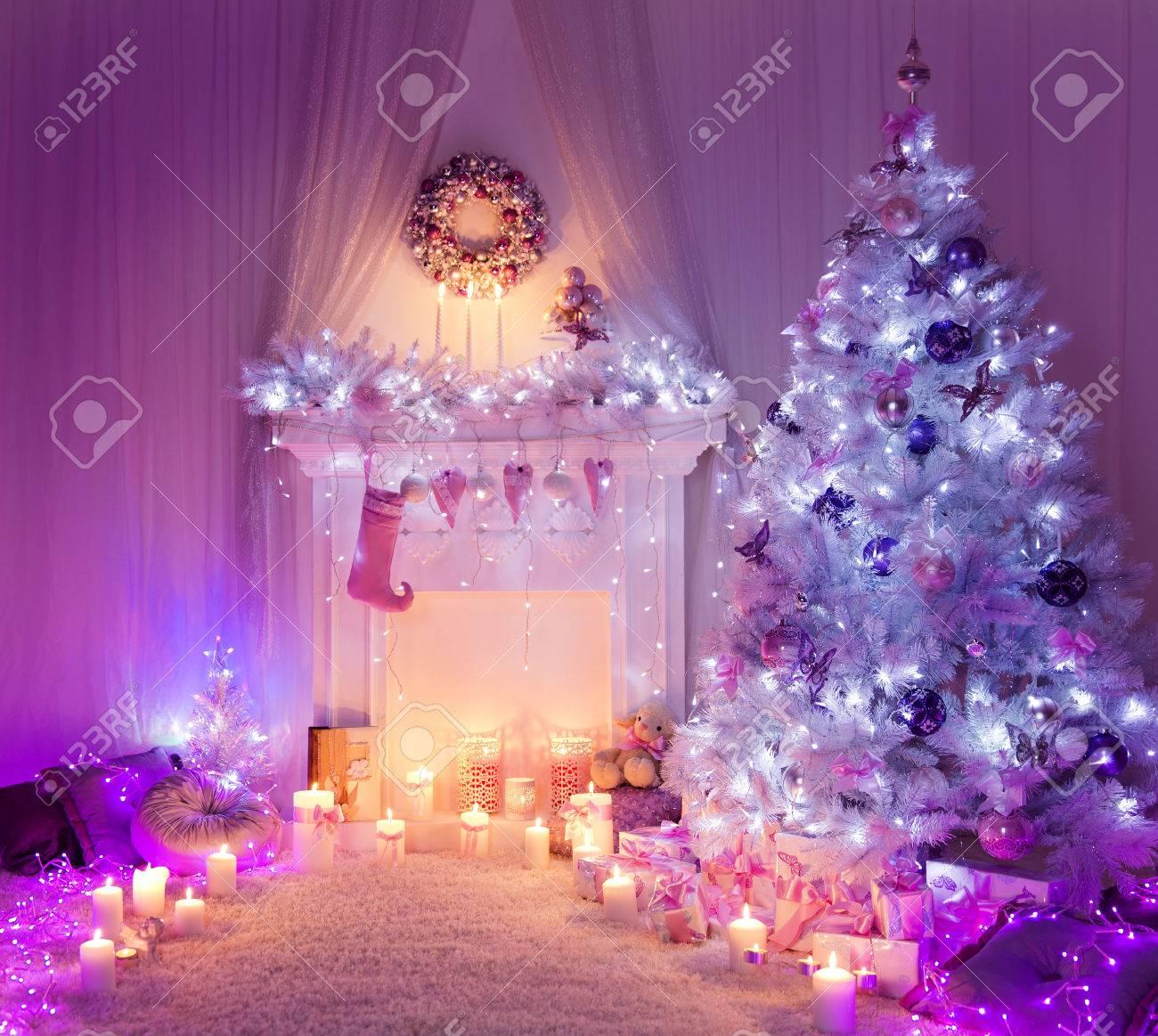 Weihnachten Room Kamin Leuchten Weihnachten Wohngebaude Innen Dekoration Hangen Socken Und Geschenke Lizenzfreie Fotos Bilder Und Stock Fotografie Image 47428883