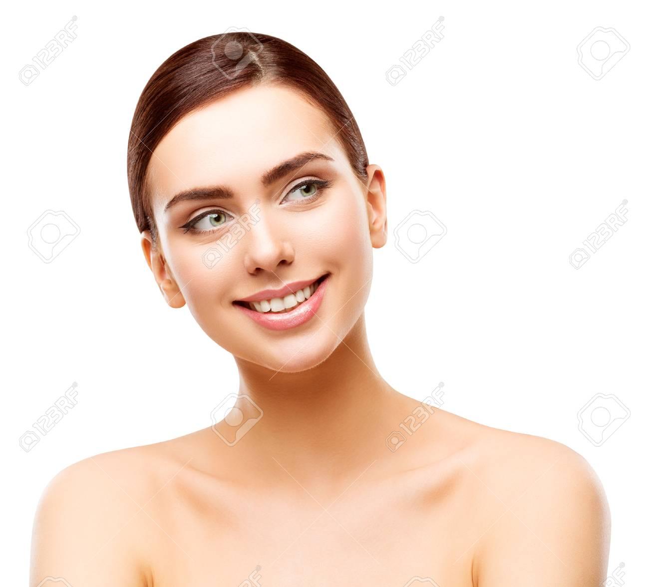 Banque Dimages Peau De Visage Beaute Femme Heureuse Modele Souriant A La Recherche De Cote Maquillage Belle Fille Blanc Isole