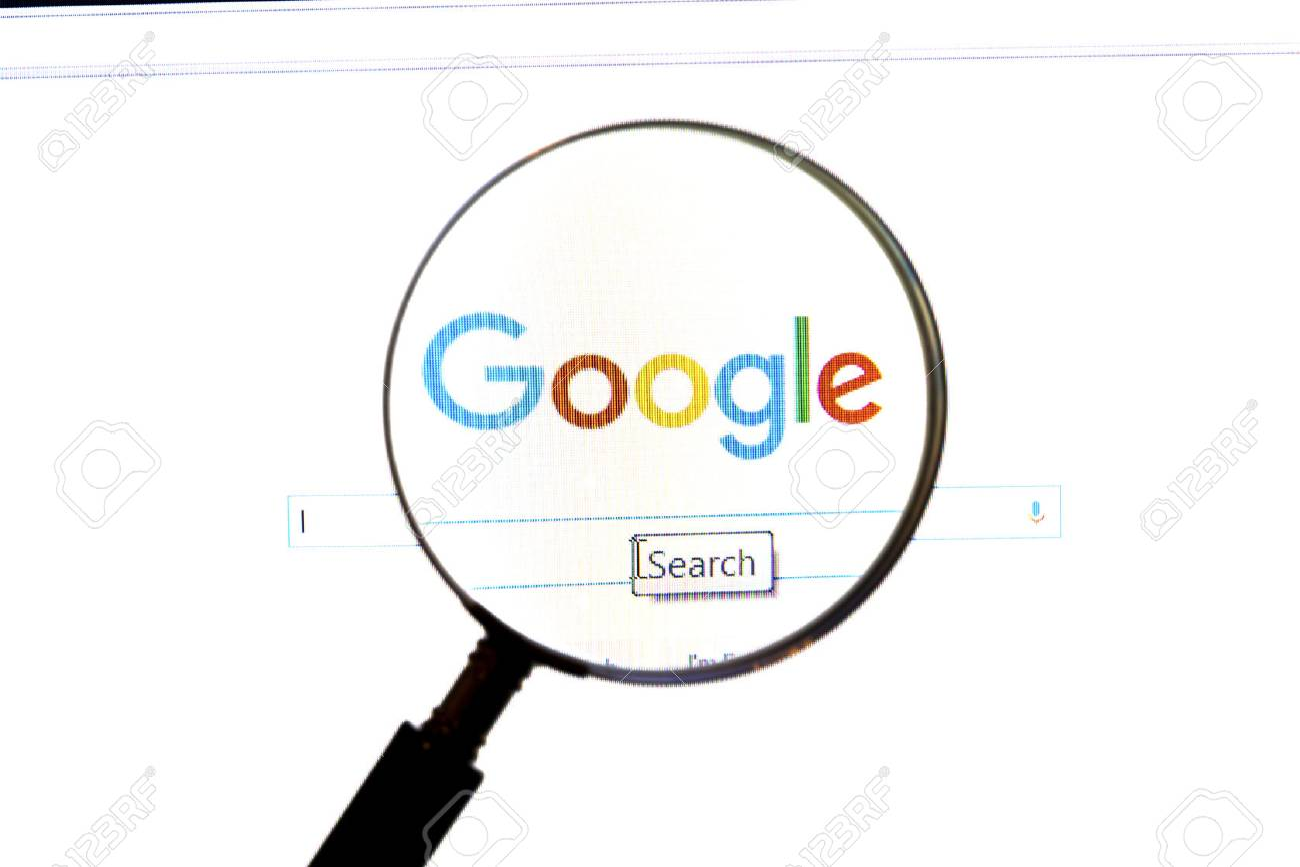 c61735f1b3 Archivio Fotografico - Sito web di Google sotto una lente di ingrandimento.  Google è il motore di ricerca più famoso al mondo