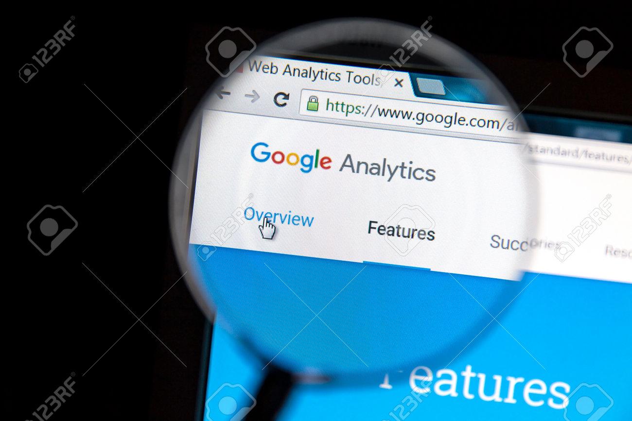 f24a361f2d Archivio Fotografico - Sito web di Google Analytics sotto una lente di  ingrandimento. Google Analytics è un servizio di analisi web fornito da  Google