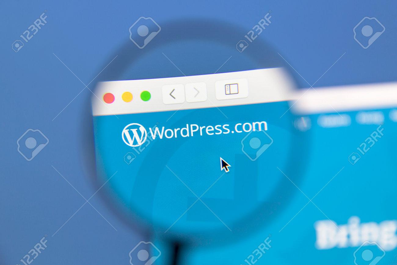 1bf32aaff3 Archivio Fotografico - Sito di Wordpress sotto una lente di ingrandimento.  WordPress è uno strumento di blogging libero e open source.
