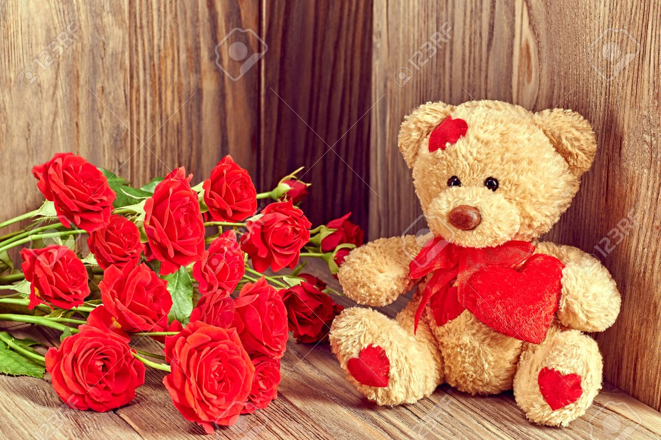 Valentines Day Teddy Bear Loving With Bouquet Of Red Roses Stock
