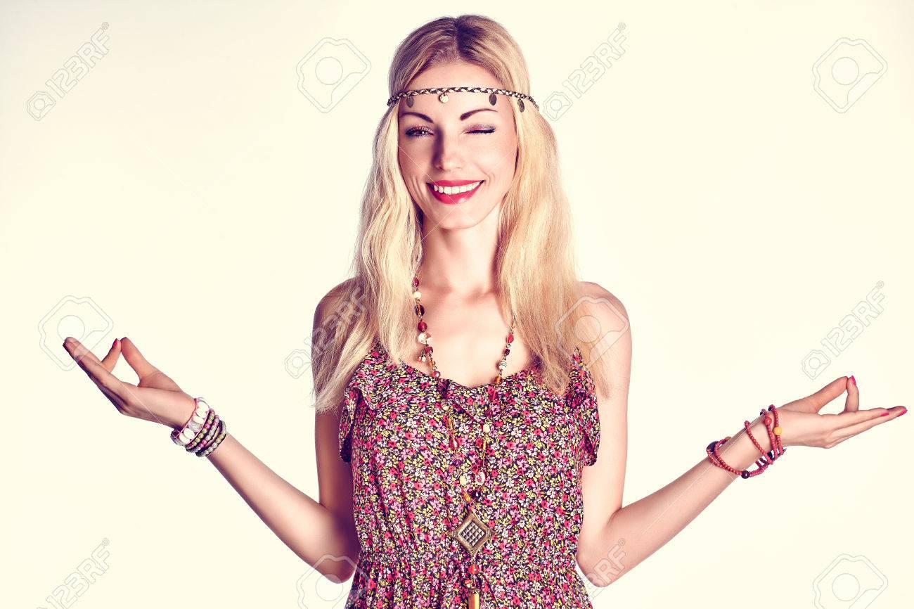 Retrato De La Belleza De La Mujer Boho Guiño Feliz Y Sonriente ... 5b6643d9a5f1