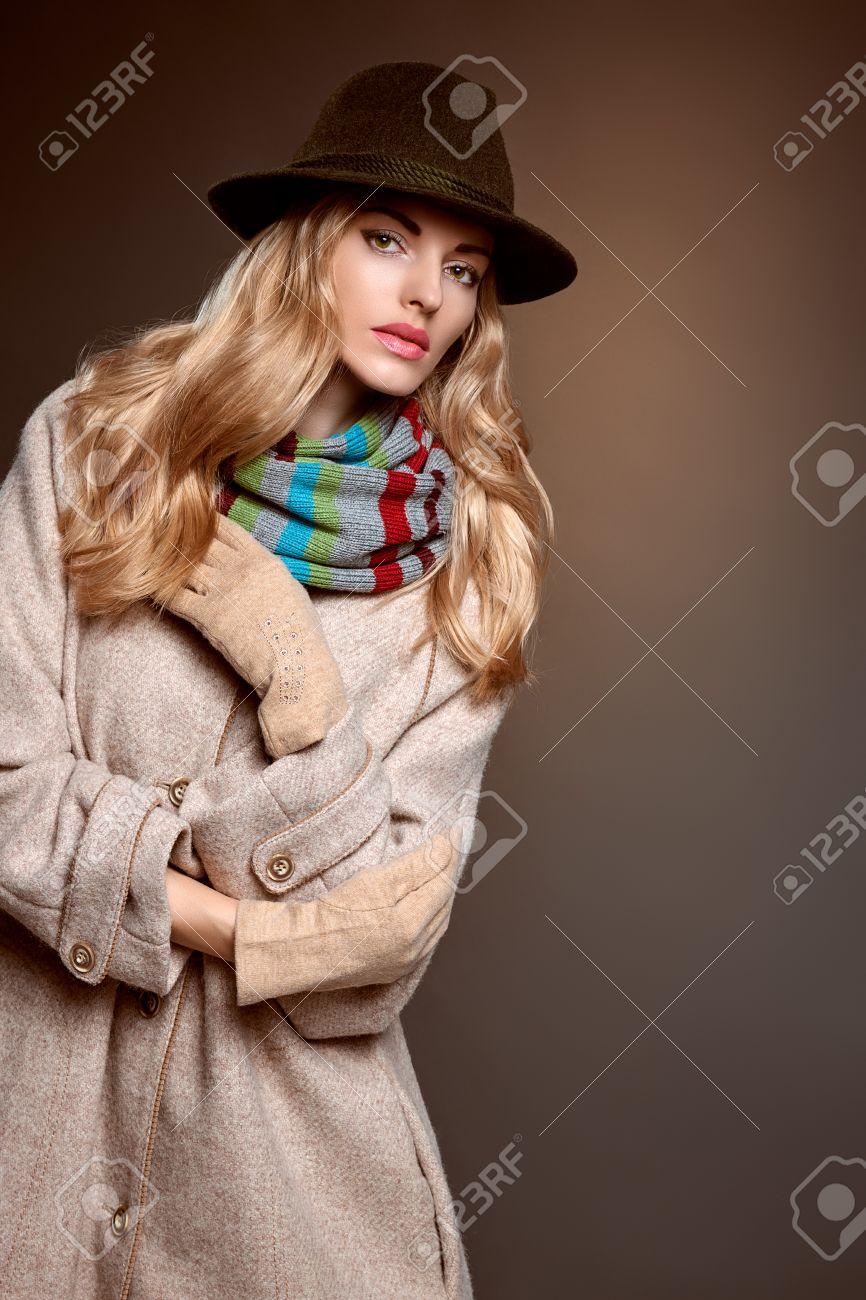 Estilo La Moda De Con Abrigo Sombrero El Belleza En Mujer Largo atxRy5qwzq
