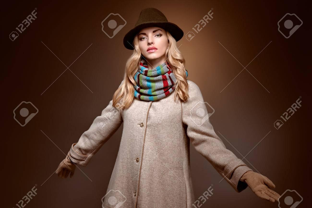 Estilo Otoño El Invierno Sombrero Y Abrigo Largo Con Ondulado Pelo La Mujer Rubio Bufanda Rubia De Del En Modelo Chica Moda Belleza nvwSz6XqX