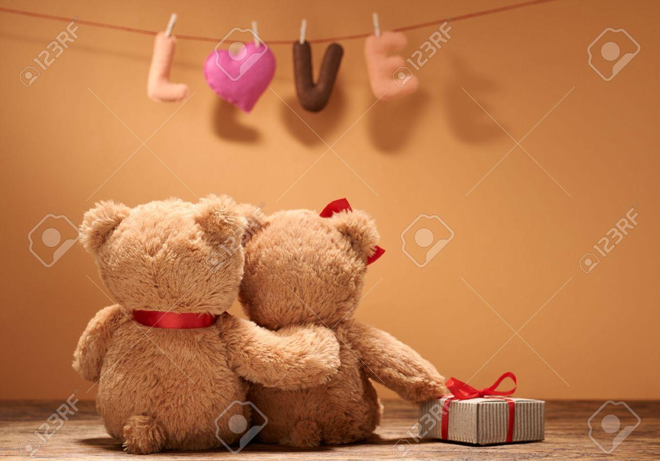 Valentinstag. Wort Liebe Herz. Paar Teddybären In Der Umarmung, Umarmen,  Datum